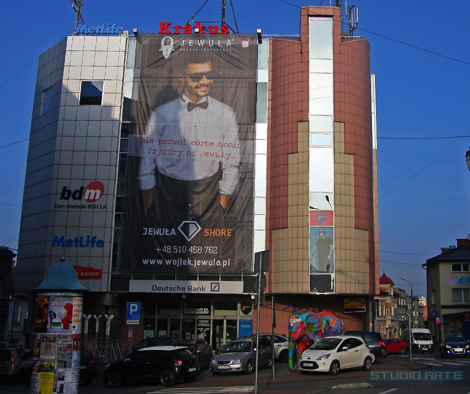 Wykonanie siatki mesh dla Kuźnia Stylu Jewuła.Reklama wielkoformatowa na budynku C.H. Krakus w Tarnowie.