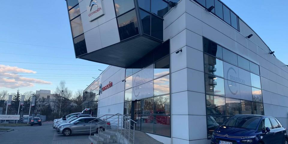 Oklejenie witryn salonów dealera Citroen Golemo folią OWV