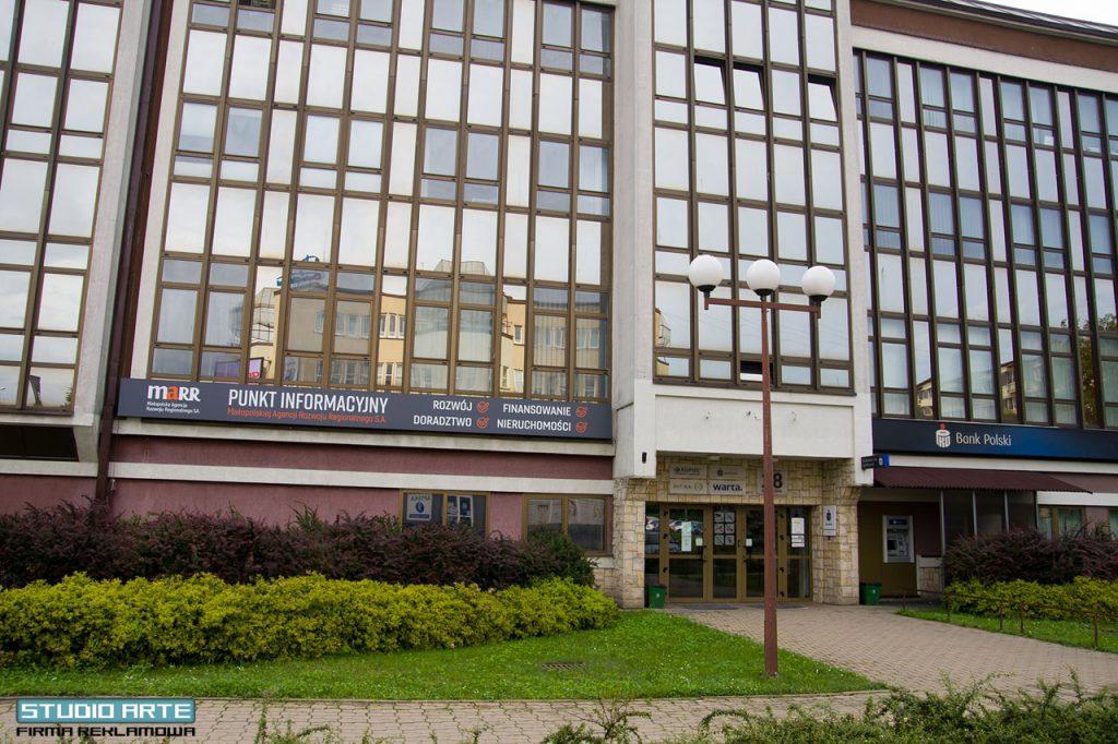 reklama podświetlana na budynek - logo