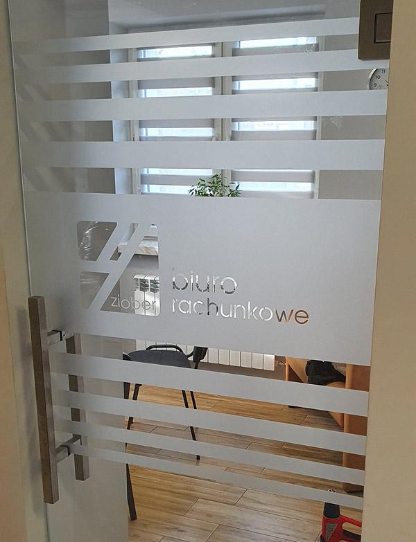 Oklejenie szklanych drzwi w biurze folią mrożoną / szronioną